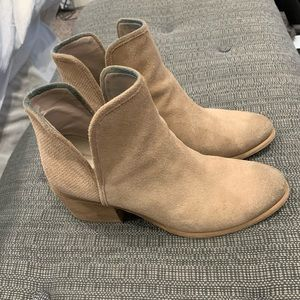 Ankle booties size 8 tan suede Hinge